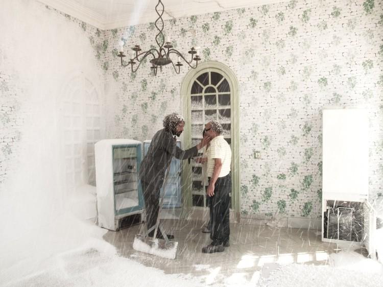 Странные люди-актеры-мигранты приглашают зрителей в комнату, где идет пластиковый снег... Фото: театр Kamchatka.
