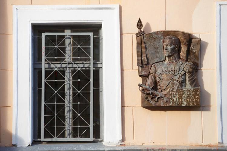 Доска появлялась в Петербурге дважды. Вначале ее повесили, но не открыли, в июне 15-го года. А затем повесили, но уже открыли, в июне 16-го года. Доска неоднократно подвергалась актам вандализма.