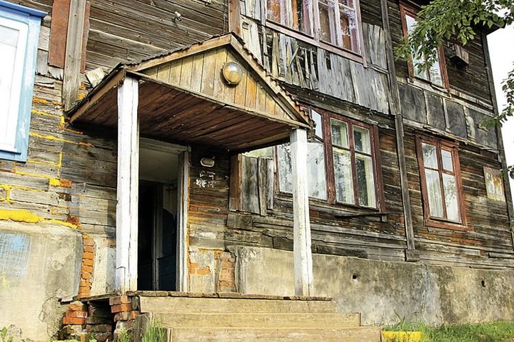 Этот дом признали аварийным и постановили, что переселят только в 2029 году...