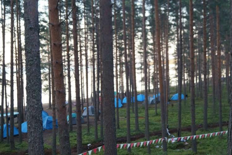 Даже в дождь дети в лагере были вынуждены жить в палатках - не хватало свободных кроватей.