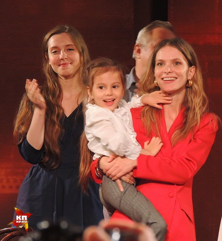 Светлана Иванова и ее дочь Полина пришли послушать любимого худрука. А потом вышли на сцену