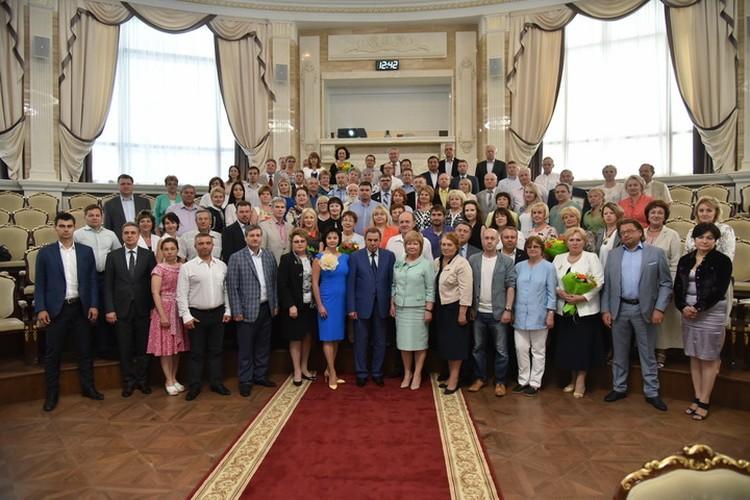 Члены Общественной палаты пятого и шестого созыва сфотографировались с губернатором области.