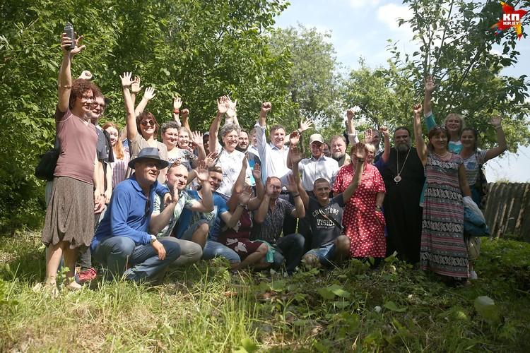 Деревенские старожилы приветливо встретили гостей, с Вячеславом Адамовичем они хорошо знакомы.