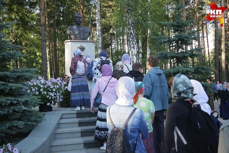 Верующие возложили цветы на Ганиной Яме Фото: Екатеринбургская Епархия