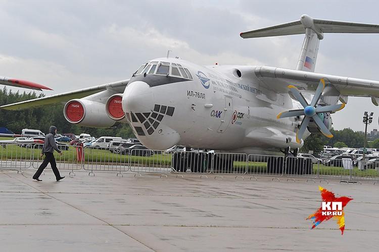 Самолета-летающая лаборатория Ил-76ЛЛ с испытываемым двигателем ТВ-117-СТ.