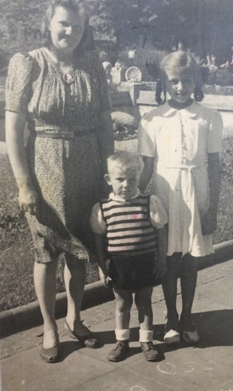 А это юная Эдита уже подросла. На фото с мамой и сводным братом. Личный архив певицы