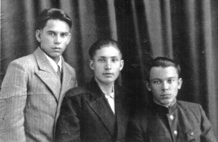 Василий Песков с друзьями-однокурсниками по школе киномехаников.