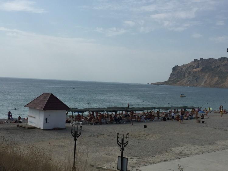Туристы, стесняющиеся идти на нудистский пляж, любят подглядывать за обнаженными отдыхающими с соседнего холма.