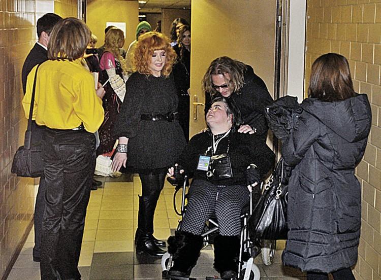 Екатерина - давняя поклонница Аллы Пугачевой - с детства прикована к инвалидному креслу. Она познакомилась с певицей на одном из концертов. С тех пор артистка и помогает ей. Фото сделано за кулисами шоу Аллы Пугачевой «Рождественские встречи» в 2012 году.