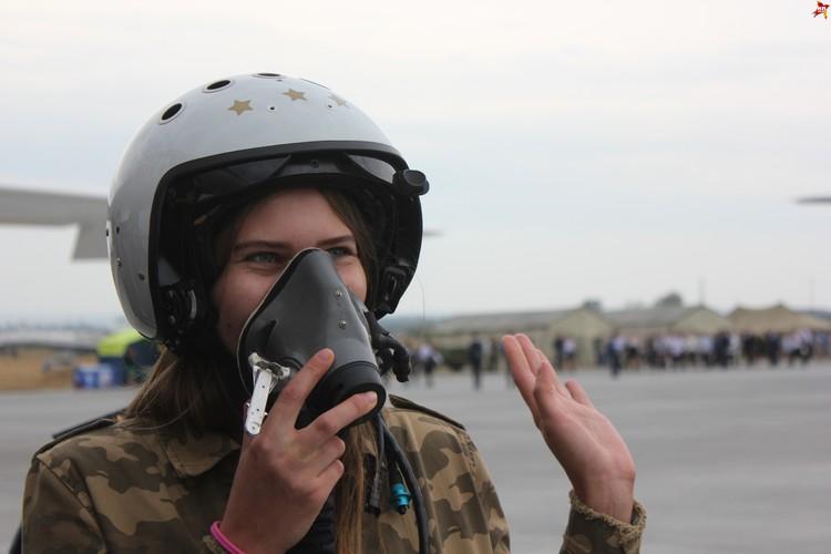 Примерка шлема, жизненно важного для пилота.