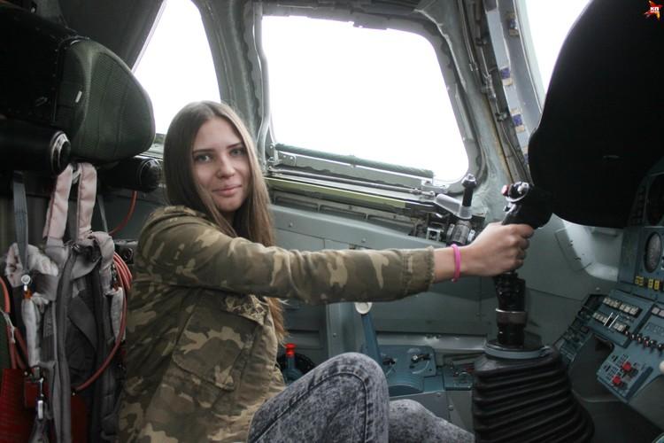 Анастасия Касатова осваивается в кабине пилота.