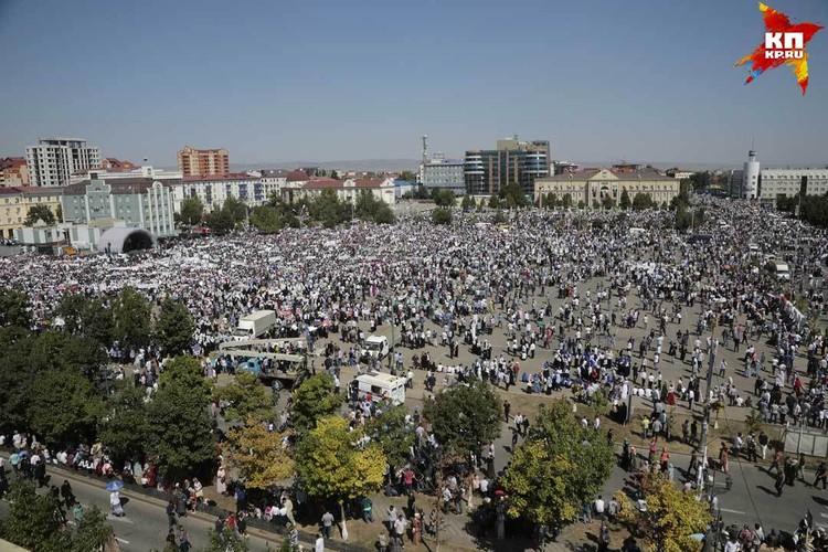 Площадь перед мечетью была занята практически полностью