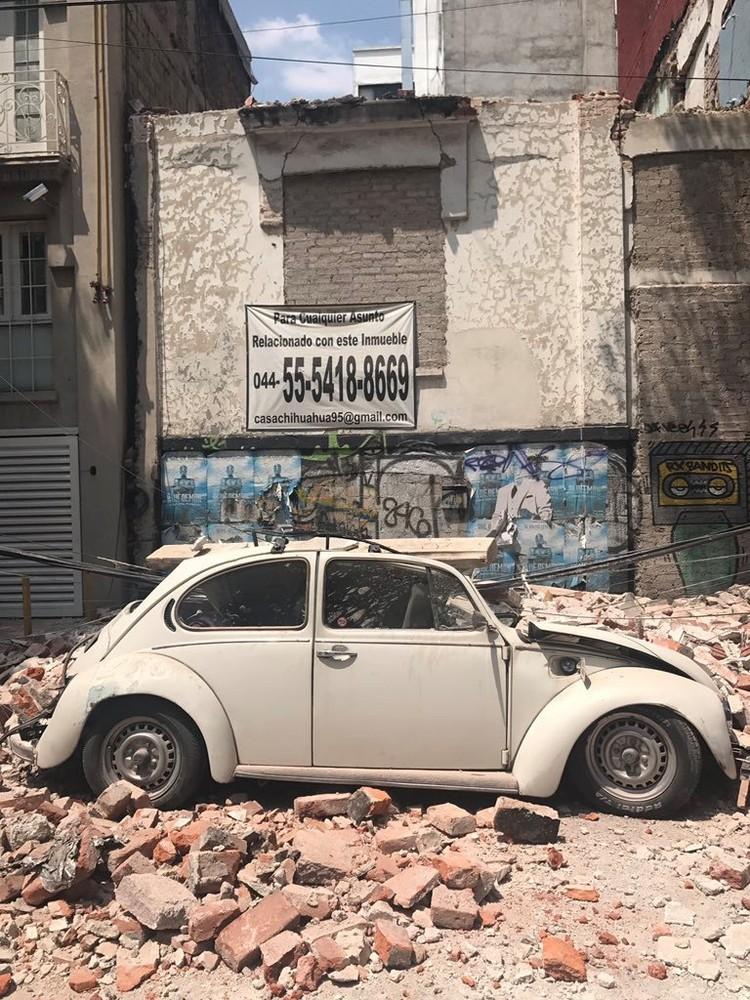Движение в Мехико полностью парализовано, сотни автомобилей завалены обломками зданий