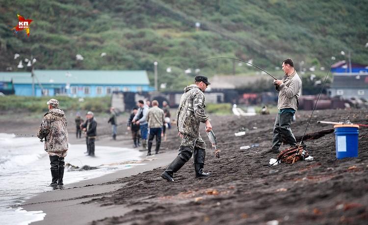 Местные жители вместо утренней пробежки приходят порыбачить утром перед работой на пляж