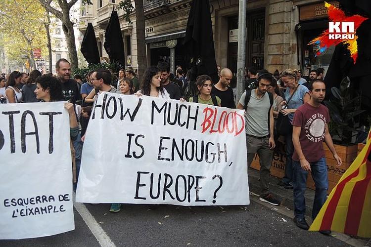 "На плакате: ""Сколько крови понадобится Европе?""."