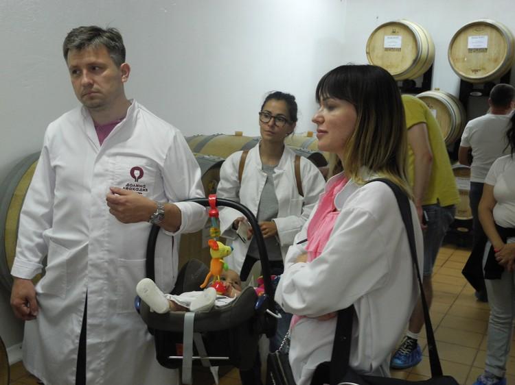 Лекция о технологии производства воспринимается туристами как дань приличиям перед дегустацией. Фото: Алексей БОЯРСКИЙ