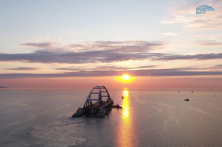 """Длина автодорожной арки составляет 227 метров, для сравнения — это примерно два футбольных поля. Фото: Инфоцентр """"Крымский мост"""""""