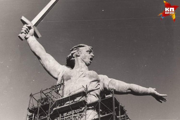 После установки меча строительные леса вокруг Родины-матери начали постепенно разбирать. 1965 г. Фото: Музей-заповедник «Сталинградская битва».