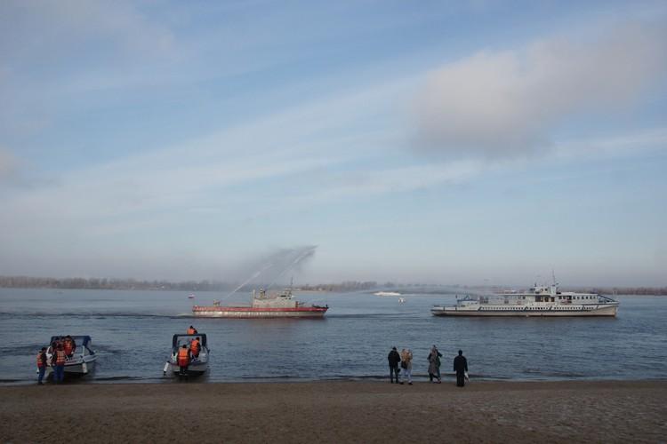 Возгорание ликвидировали с помощью специальной водяной пушки