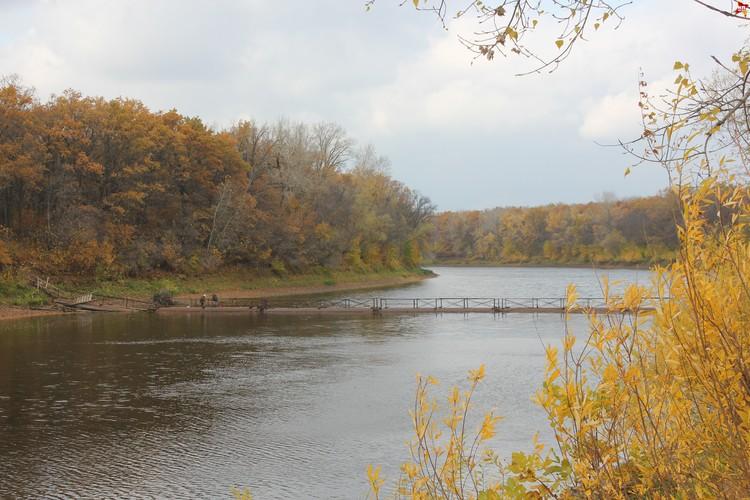 Река Иргиз в нескольких минутах ходьбы от Воскресенского мужского монастыря.
