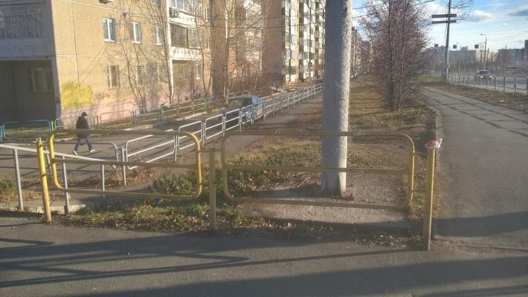 Этот забор, по-видимому, ограждает фонарный столб от... даже не знаем кого!