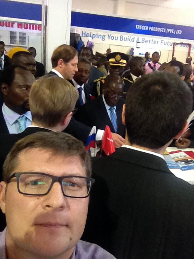 Корреспондент «КП» сделал селфи на фоне самого долгого правителя Африки. Рядом с Робертом Мугабе министр промышленности и торговли Денис Мантуров - рассказывает о грандиозных перспективах