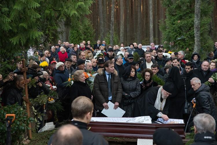 На похороны Михаила Задорнова пришли близкие и многочисленные поклонники. Фото: Олег СТЕПНОВ