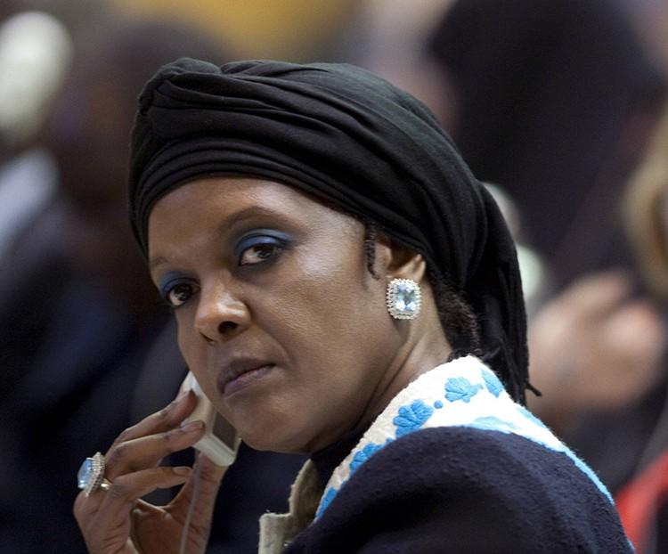 Многие эксперты полагают, что реальные бразды правления держит его жена - 52-летняя Грейс Мугабе