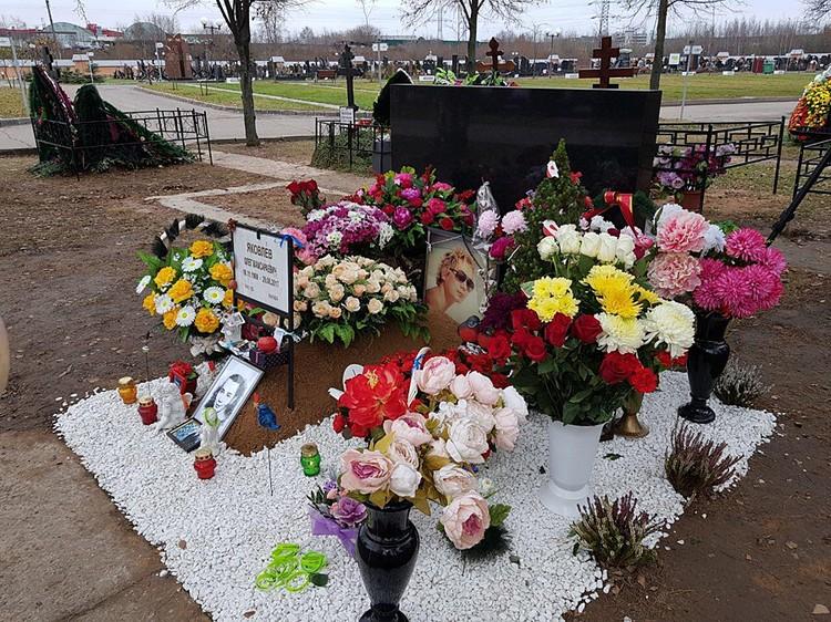 В минувшую субботу фанаты «Иванушки» Олега Яковлева собрались на его могиле. Фото Евгении Кириченко