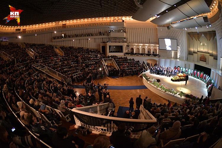 Постепенно концертный зал заполнился до последних рядов