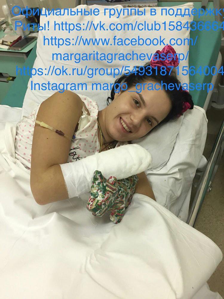 Близкие Риты Грачевой опубликовали в соцсетях кадры - у девушке уже получается шевелить пальцем пришитой руки