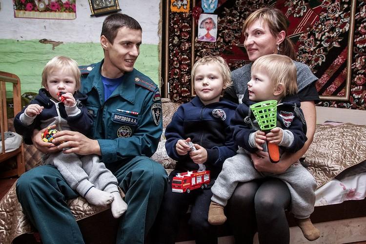 Наталья Воробьева попросила Александра, спасшего семью, стать крестным отцом малышей