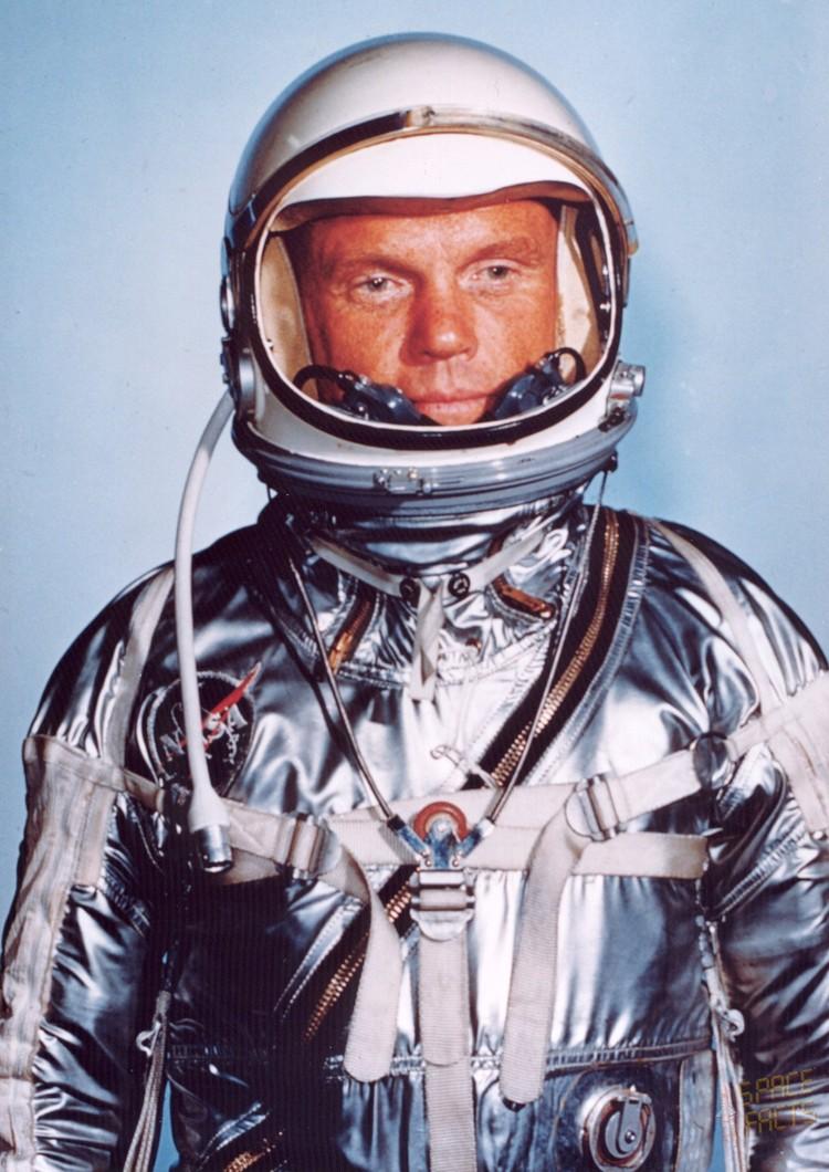 Джон Гленн — первый астронавт США, совершивший орбитальный космический полёт.