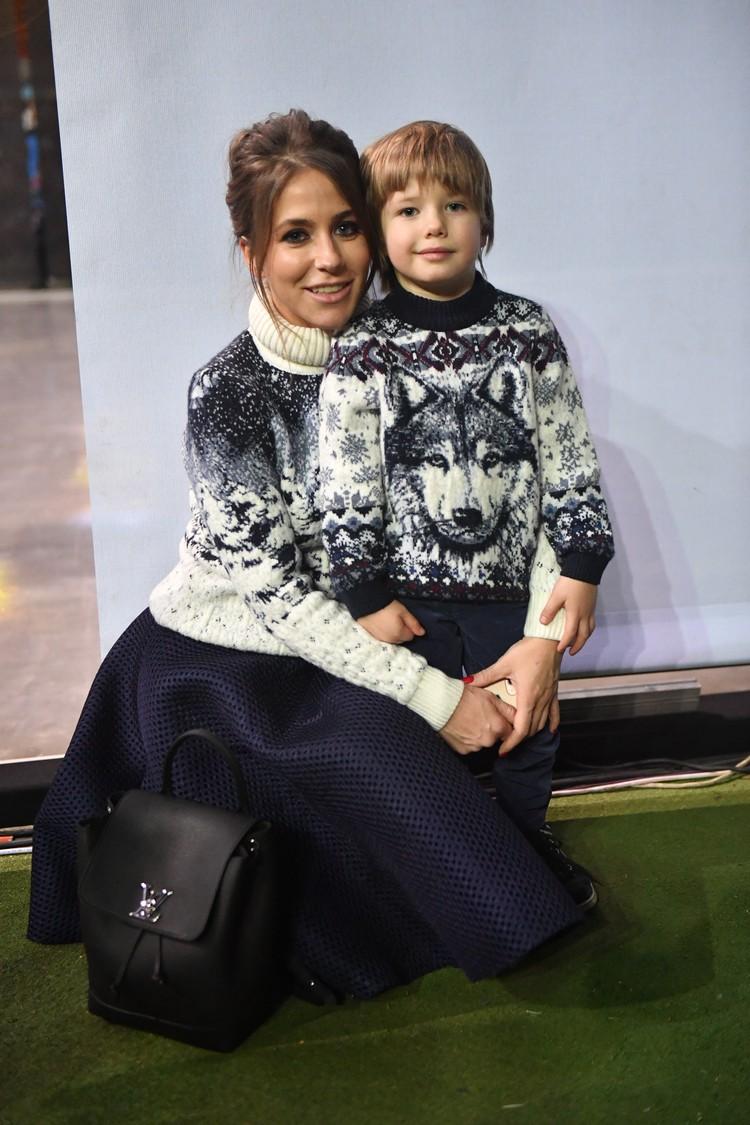 Бывшая жена футболиста Аршавина Юлия Барановская с младшим сыном.