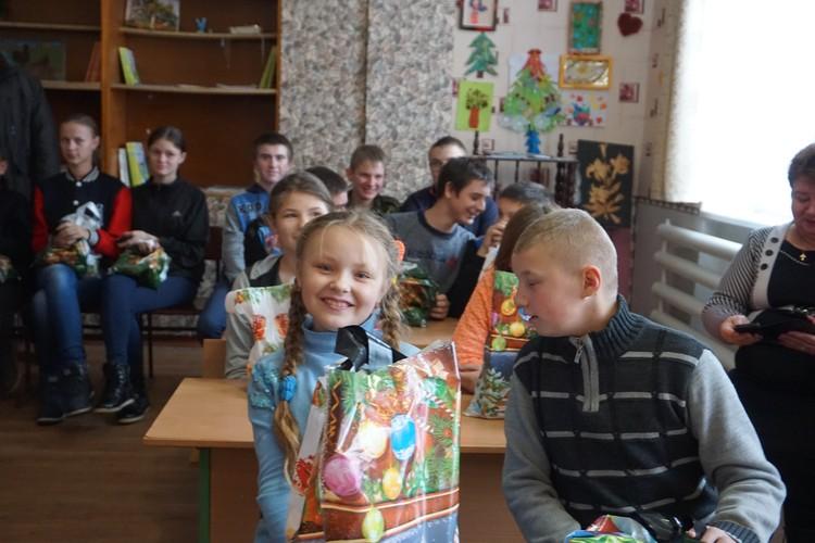 Радость подаркам у этих детей по-настоящему искренняя.