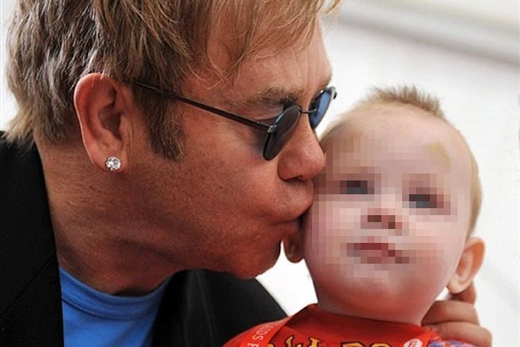 Элтон Джон пытался усыновить мальчика в Макеевке. Фото: kp.ua