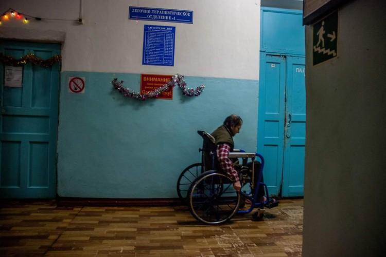 Старые двери, местами затертый линолеум и попытки персонала создать праздничное настроение Фото: Александр Осокин