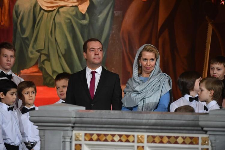 Около полуночи в кафедральный собор Москвы по традиции прибыли премьер-министр России Дмитрий Медведев с супругой Светланой