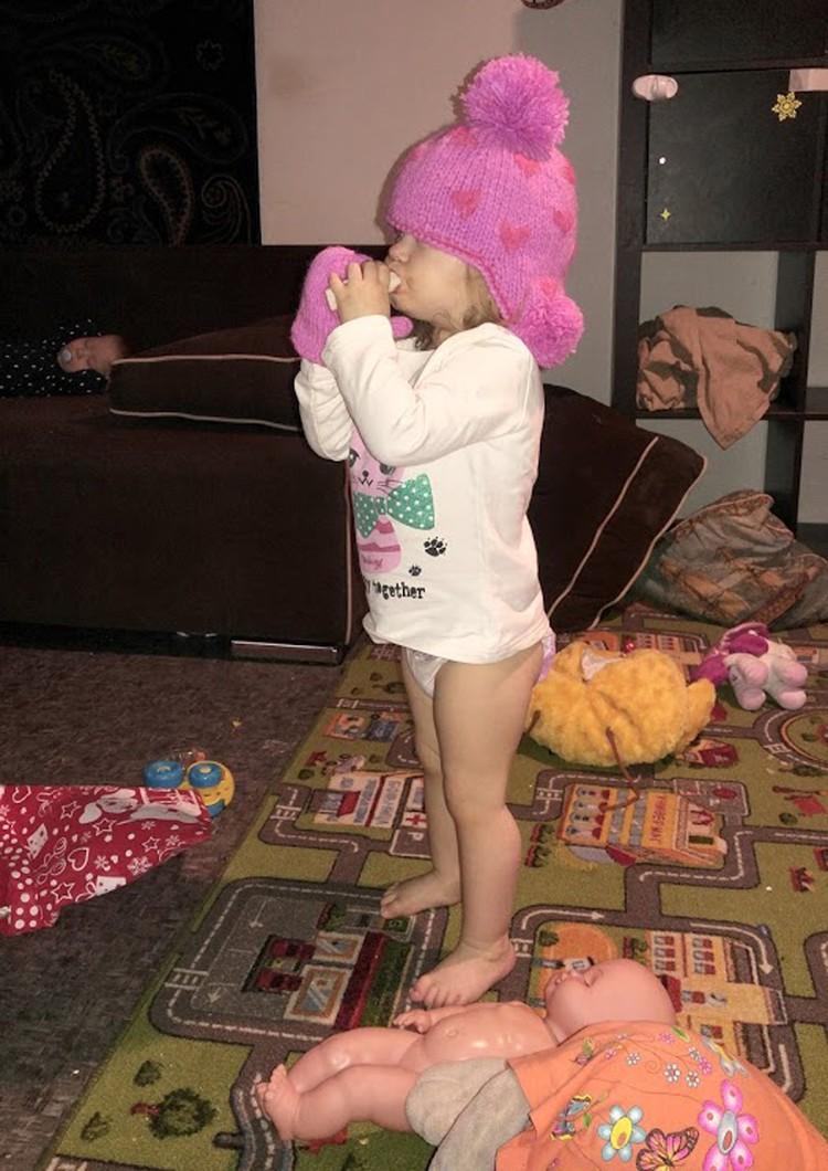 Маргарита умеет не только разоблачаться до подгузника, но и разорять кладовку на новые, неожиданные сочетания в нарядах. Всё сама выбрала: кофту, шапку и одну варежку.