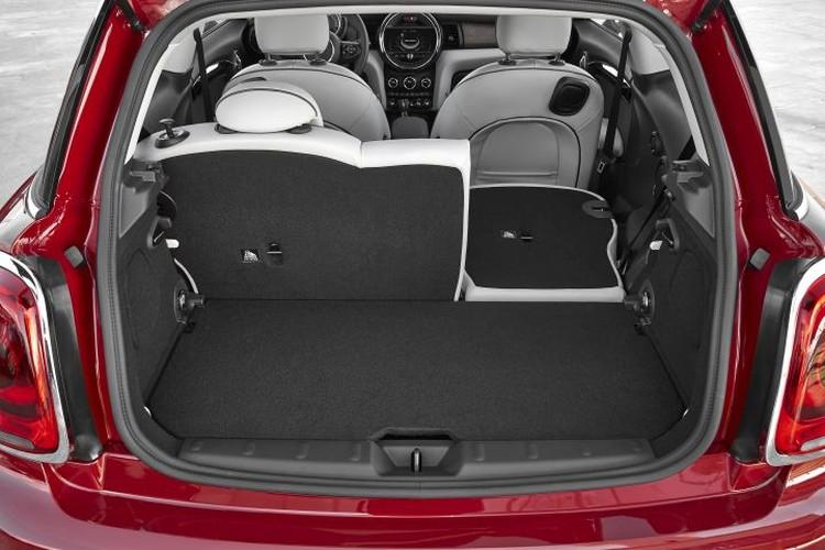 Багажник ожидаемо невелик, однако его можно продлить в салон, сложив задний ряд сидений по частям