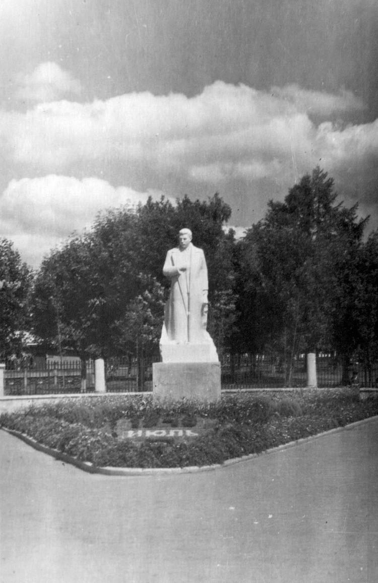 На месте юбилейного монумента когда-то стоял Сталин