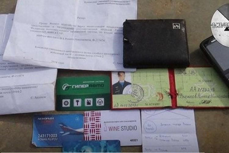 Боевики опубликовали снимки документов и личных вещей пилота сбитого ими Су-25. Фото: Telegram