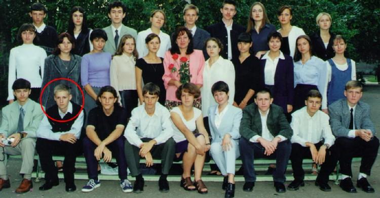 Школьная фотография Героя. Роман Филипов второй слева в нижнем ряду.