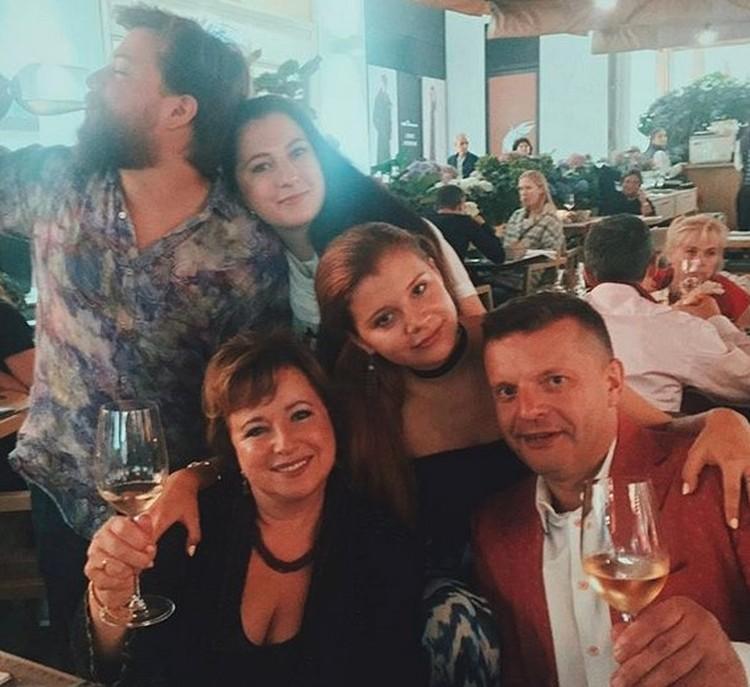 Елена Чекалова, Леонид Парфенов и с дочкой, сыном и невесткой.