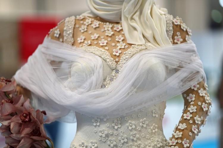 Платье сладкой невесты украшено кремовыми цветами и марципановыми жемчужинами