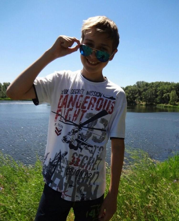"""Илья Полетаев, подросток, летевший на борту упавшего Ан-148. На футболке надпись """"Опасный полет"""""""