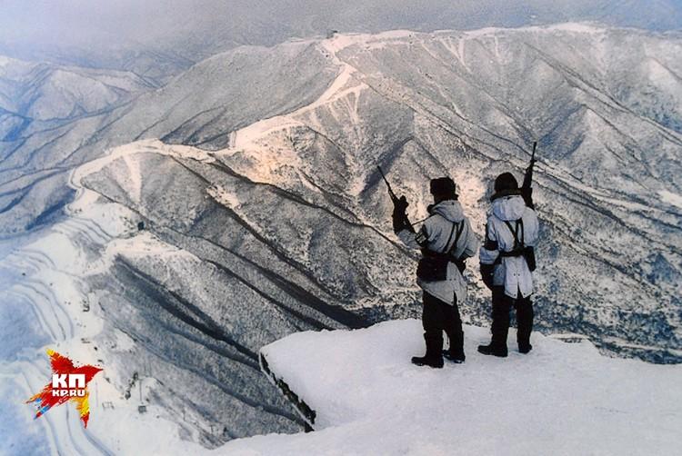 Из современных музейных фотографий выделяются снимки пограничников на заснеженной передовой в горах.