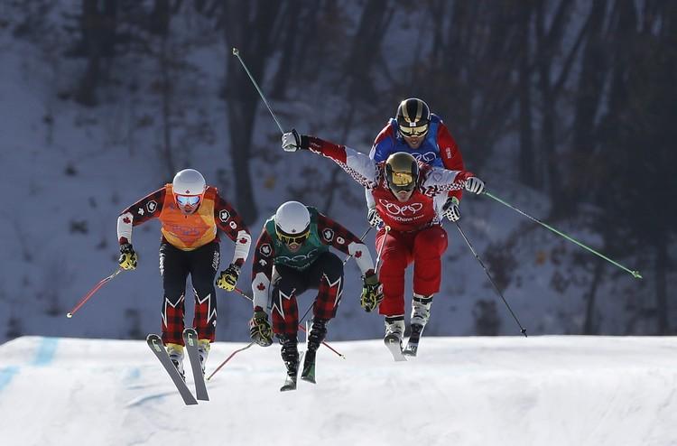 Сергей Ридзик (в красном) на трассе ски-кросса во время одного из заездов в Пхенчхане.