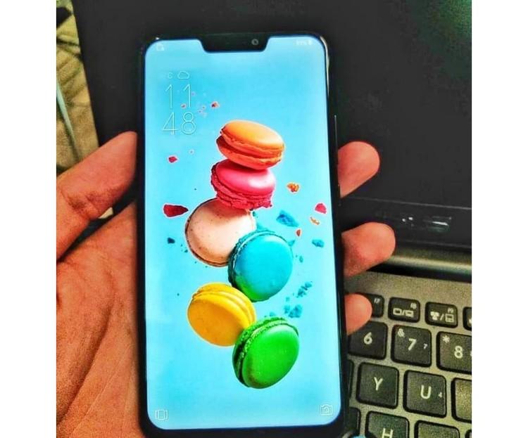 На утекших в сеть фотографиях нового ZenFone, он очень похож внешне на Iphone X.
