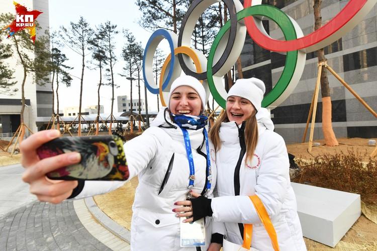 Конькобежцы Наталья Воронина (справа) и Ангелина Голикова